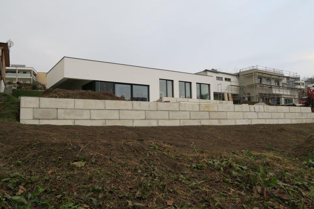 Stützmauer aus Betonelementen